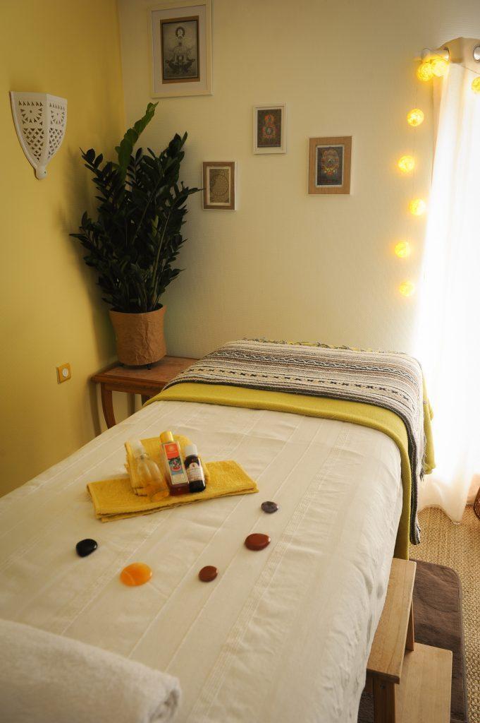 Table de massage pour vous relaxer pendant les soins des Clés de la Nature